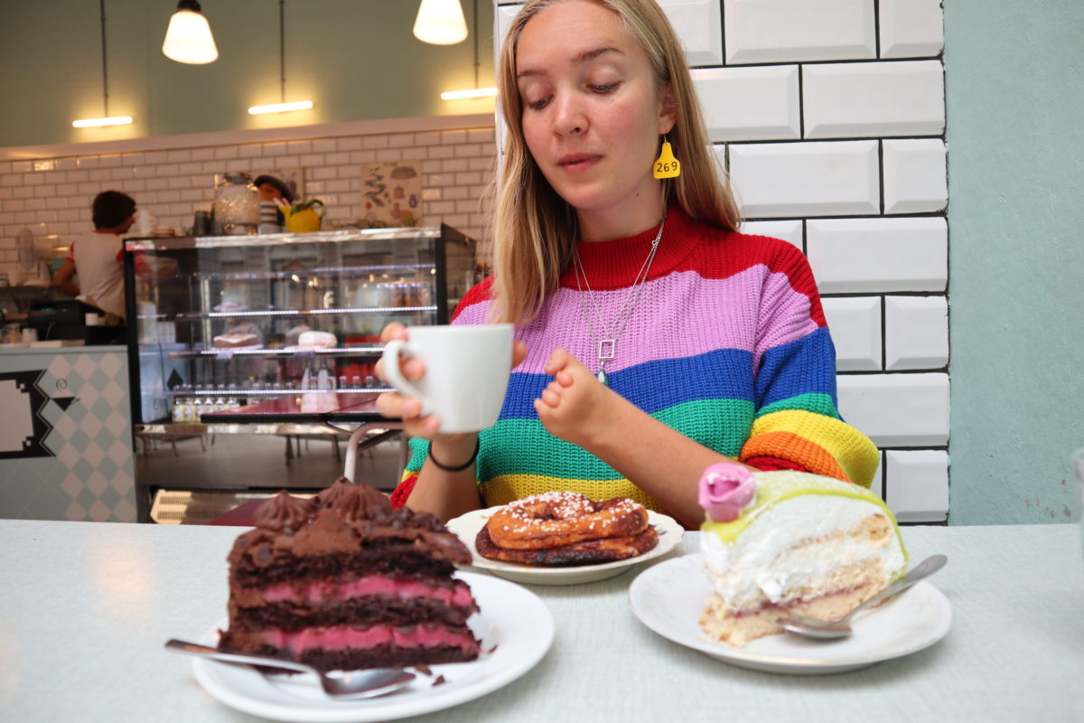 meest gestelde vragen over kleine hand - taart eten en koffie drinken