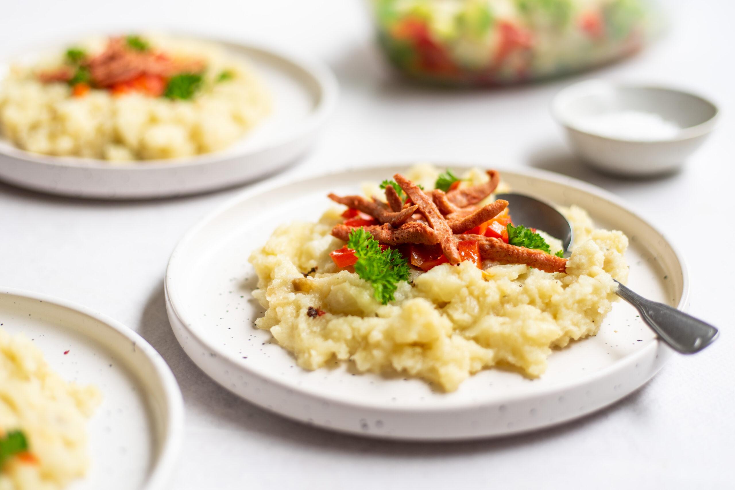 Knolselderijpuree met vegan spekjes en paprika