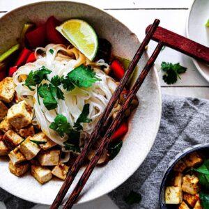 Noedels met tofu en gewokte groente