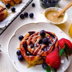 Vegan croissant rolletjes met bosvruchten en tahin