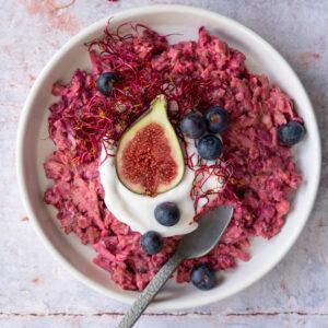 roze bircher muesli met rode bieten kiemen