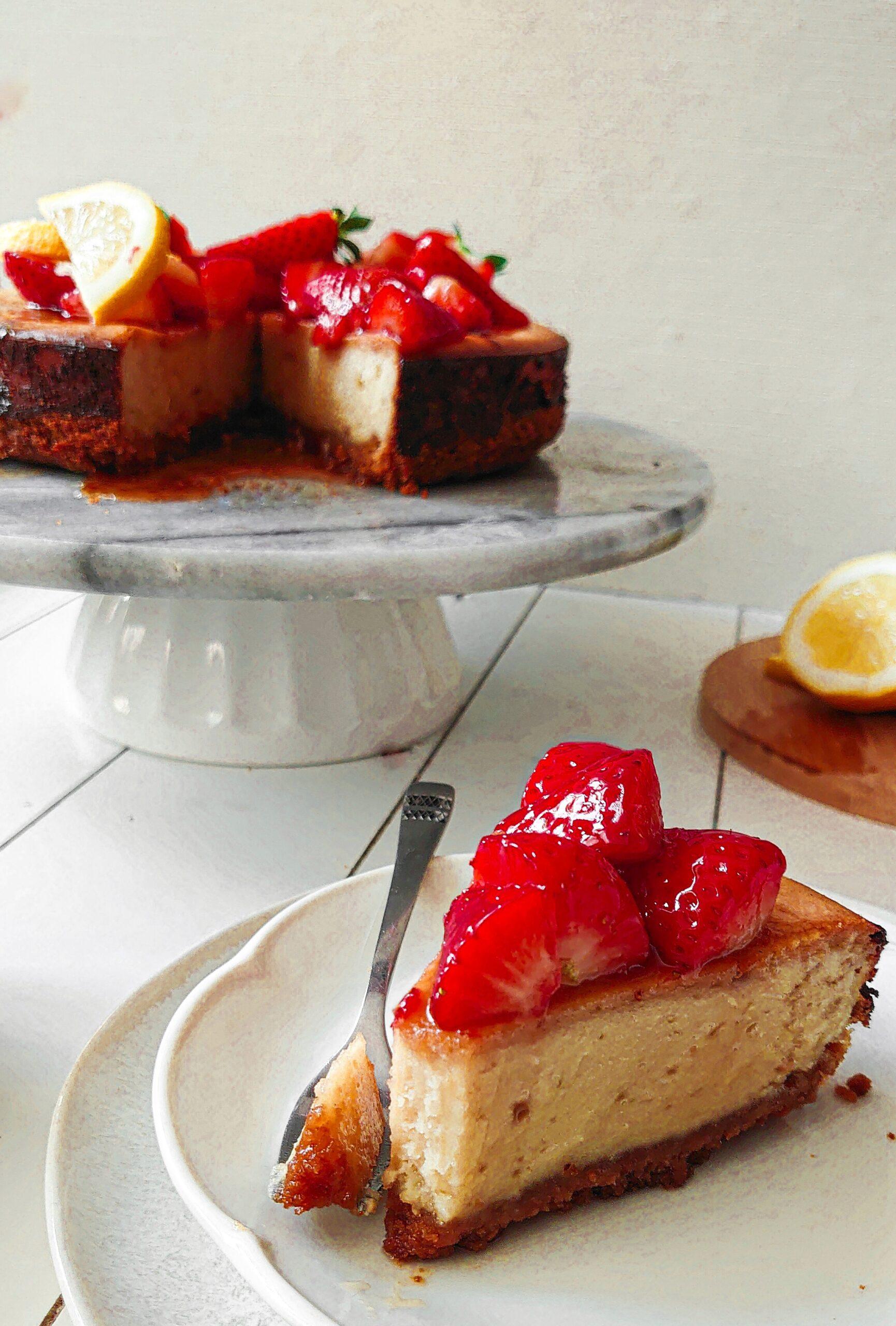 Vegan cheesecake met aardbeien en citroen