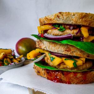 Vegan sandwich met bofkipburger en mango.